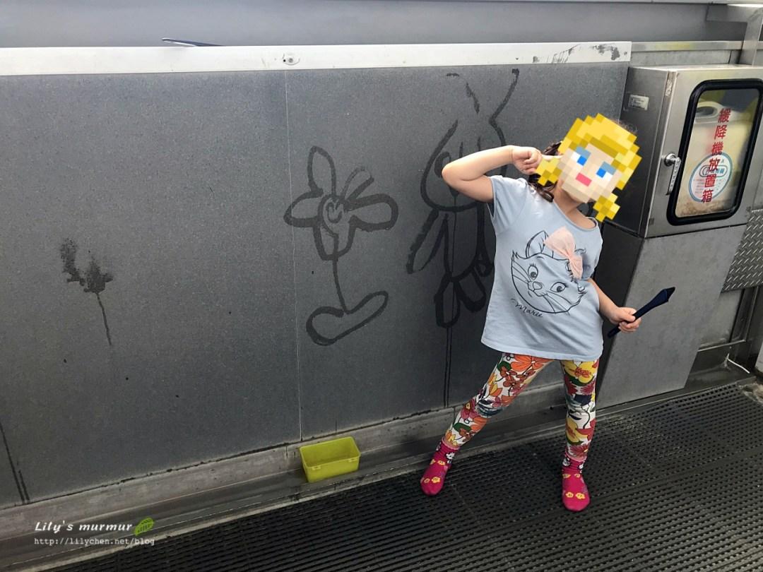 小妮在這面牆畫得很開心!