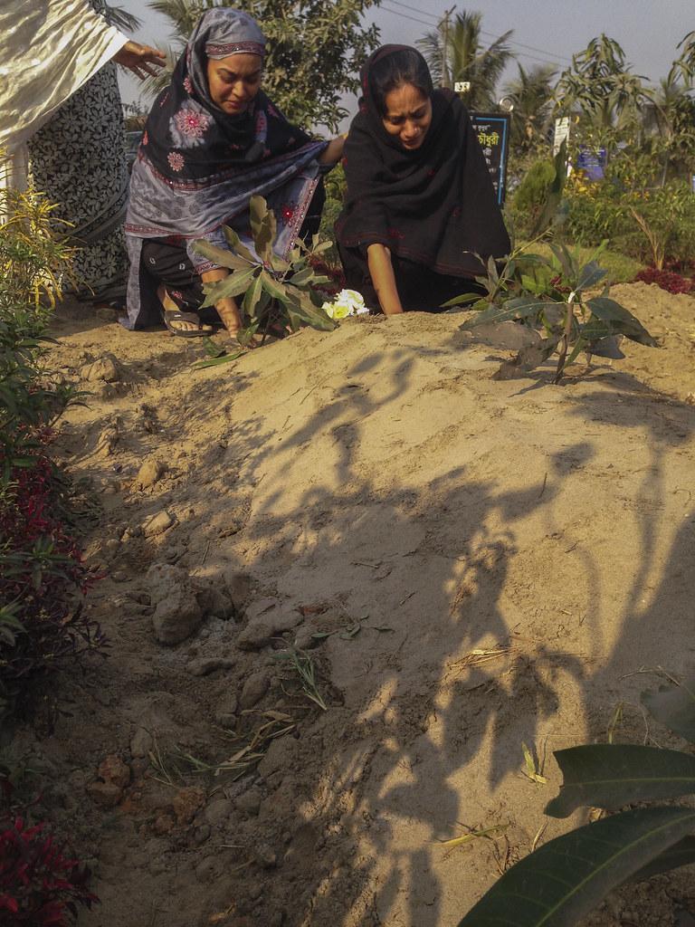 Saydia and Asfia at Bhabi's grave 0133