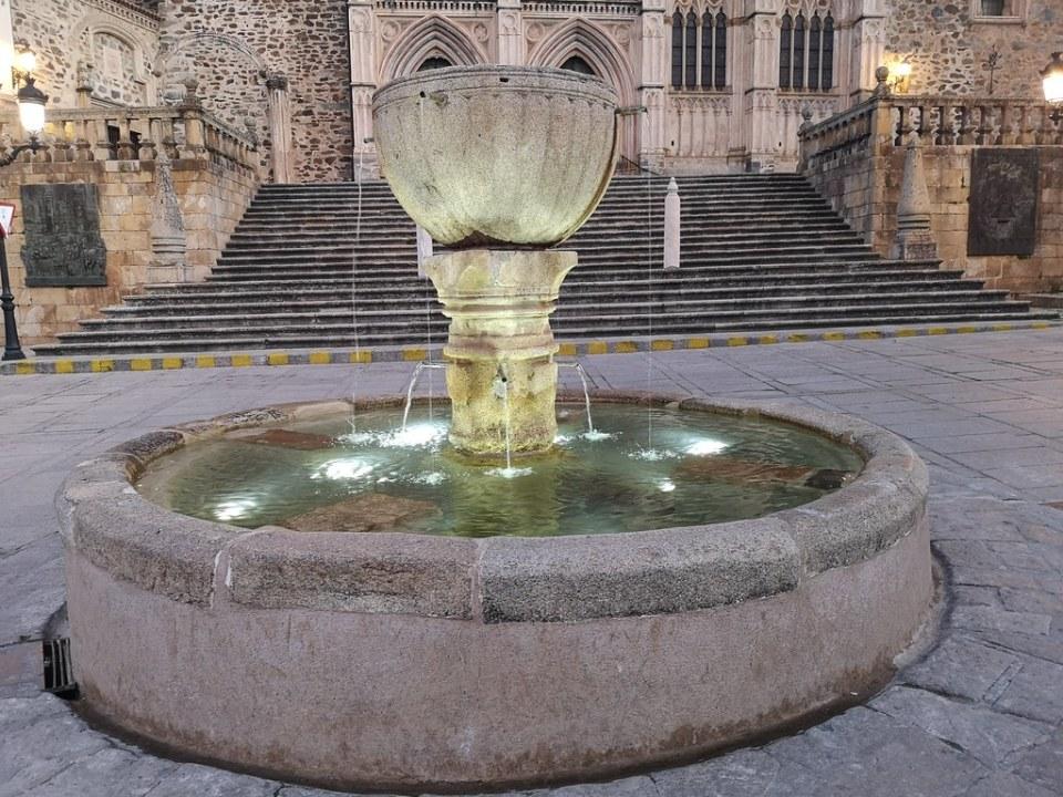 fuente Plaza de Santa Maria de Guadalupe Caceres 03