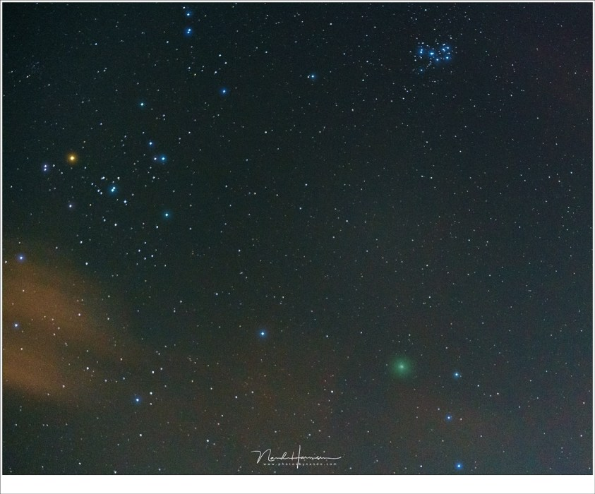 Komeet 46P/Wirtanen bij de sterrengroepen Hyaden en Pleiaden in het sterrenbeeld stier. (Sony A7R III + FE70-200GM @ 70mm | ISO12800 | f/2,8 | 2 sec (stack van meerdere opnamen)