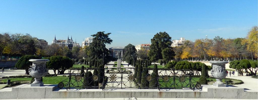 Monumento Jacinto Benavente y mirador Plaza Jardin del Parterre Parque del Retiro Madrid