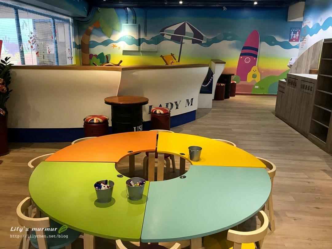 入場處可供用餐畫畫的小桌椅,餐廳主要座位在另外一頭。