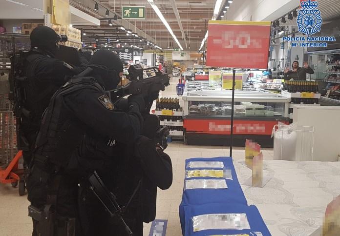 La Policía Nacional realiza un simulacro de atentado terrorista en un centro comercial de la capital