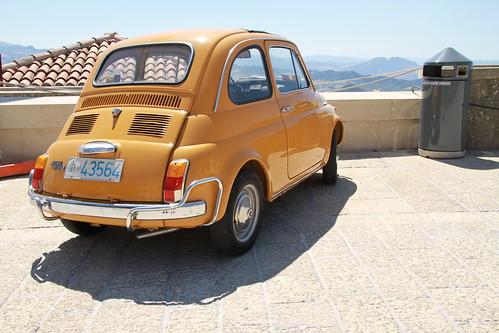 Das gelbe Auto mit Aussicht auf San Marino