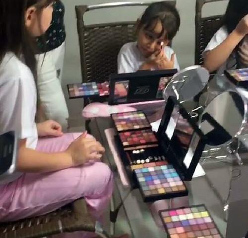 Momento aula de maquiagem