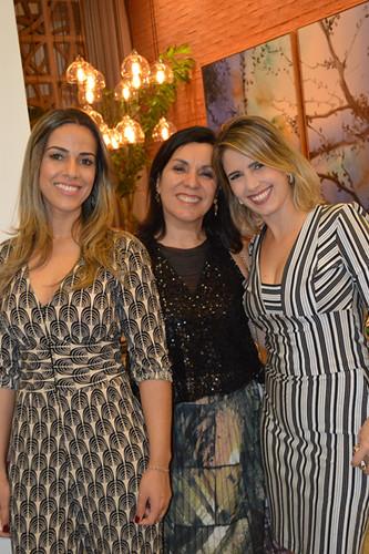 Flávia Camilo e Rachell Medrado, da Lush, ladeiam Suely Paiva