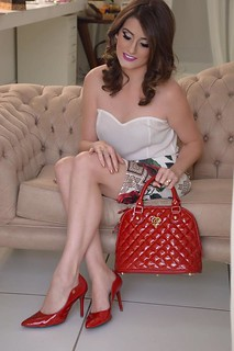 Renda-se ao poder da bolsa vermelha e ao scarpin vermelho!!! Esta bag possui textura martelasse e detalhes dourados