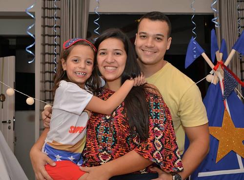 A aniversariante com a prima Nathália e o marido, Diego