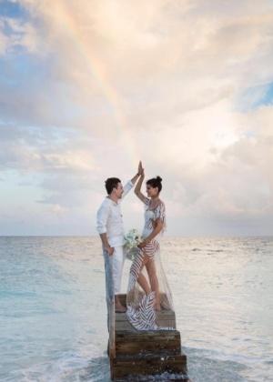 Di Ferrero se casa com Isabeli Fontana em praia das Maldivas