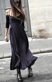 Um vestido plissado que você pode transformar conforme a cena