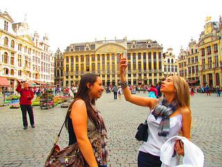 Tainá e Laurinha, minhas companheiras de viagem, em foto feita por mim na praça mais linda do mundo
