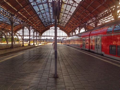"Der Lübecker Bahnhof- einfach • <a style=""font-size:0.8em;"" href=""http://www.flickr.com/photos/91404501@N08/29120350346/"" target=""_blank"">View on Flickr</a>"