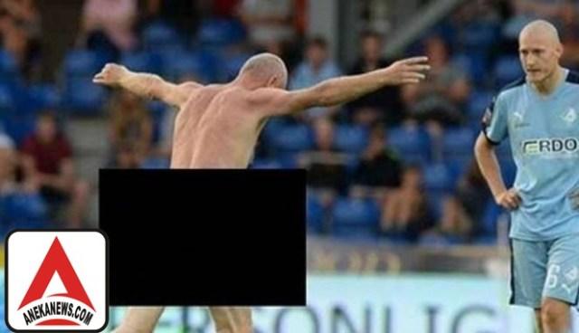 #Bola: Memalukan, Legenda Denmark Lari Telanjang ke Tengah Lapangan