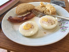 Poached eggs with bacon and garlic bagel #gf #glutenfree