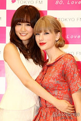 """Atsuko Maeda & Taylor Swift 4 • <a style=""""font-size:0.8em;"""" href=""""http://www.flickr.com/photos/66379360@N02/8249207306/"""" target=""""_blank"""">View on Flickr</a>"""