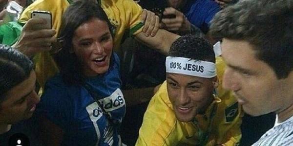Neymar comemora ouro nos Jogos Olímpicos com Bruna Marquezine