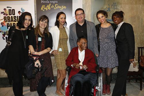 Equipe da mostra e Ruth de Souza