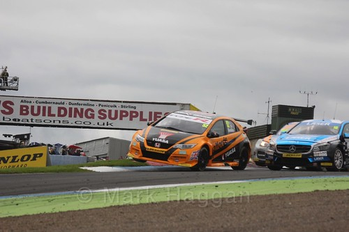 Gordon Shedden in race two during the BTCC weekend at Knockhill, August 2016