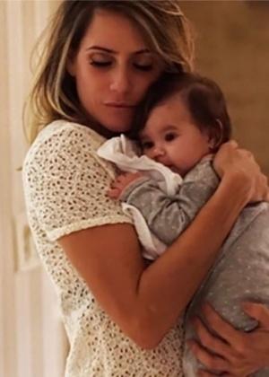 """""""Fiquei frustrada"""", diz Deborah Secco sobre não conseguir amamentar a filha"""
