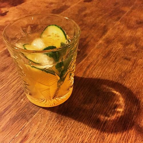 #LondonLeaves  6 cl #Gin 2 cl Limettensaft  3 cl naturtrüber Apfelsaft  2 cl Zuckersirup  2 cl Sodawasser  frische Minze  Gurkenscheiben  #cheers!