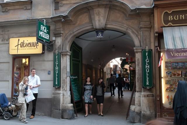 這家著名的豬排店位在小巷子裡,但因為沒有座位,服務生要我們到分店去排隊