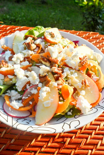 Salade estivale aux pommes, carottes, radis, noix de pécan et feta / Summer Salad with Apple, Carrot, Radish, Pecan and Feta