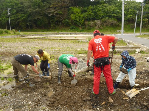 牡鹿半島でボランティア (ボランティアチーム援人) Volunteer Work at Oshika Peninsula, Miyagi pref. Deeply Affected by the Tsunami of Great East Japan Earthquake