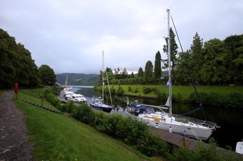 Her ligger Fryd og koser seg i Fort Augustus ved Loch Ness
