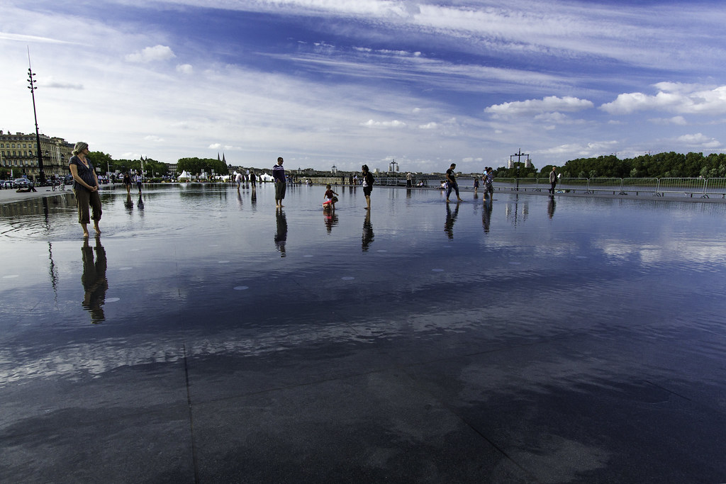 Bordeaux's water reflecting mirror
