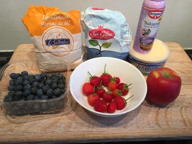 ingredienten fruit crumble aardbei blauwe bes appel