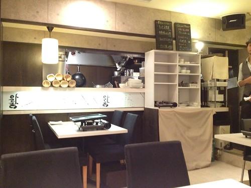 店内はモノトーンを基調にしたシックな感じ。@TEJI TOKYO 西新宿店