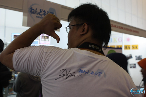 Lazypioneer got his Nendonesia T-shirt signed by Aki-sachou!
