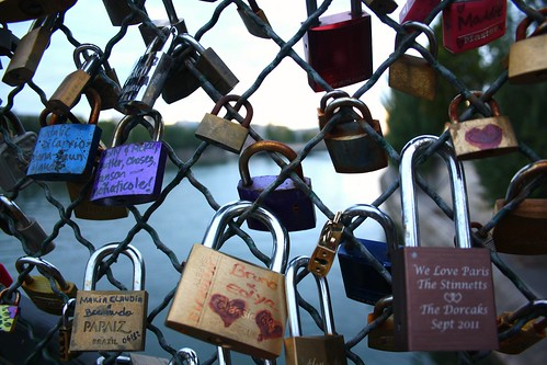 Love locks on the Pont des Arts via Paris Sharing on flickr