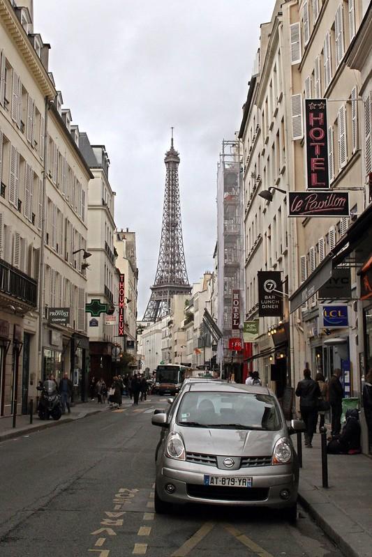 Rue Cler à Paris : Dans l'ombre de la tour