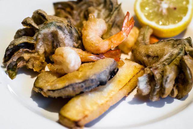 Fritto misto alla Piazzese: gefrituurde sardientjes, inktvis, garnalen, aubergine en artisjok