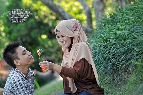 Foto Prewedding Outdoor Konsep Bermain Asik by POETRAFOTO - Fotografer Yogyakarta Indonesia