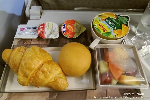 這個是隔了四小時之後的早餐,降落前供應的第二餐。很喜歡水果的部份,算新鮮好吃。