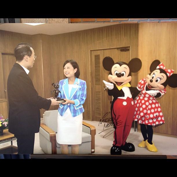 表敬訪問時の写真パネルが。ミッキー&ミニーのサイン入り。