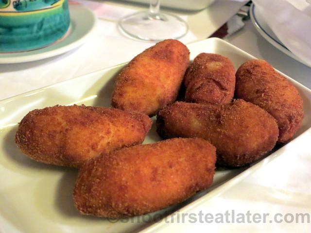croquetas de pollo y jamon (chicken & ham croquettes) €9,10