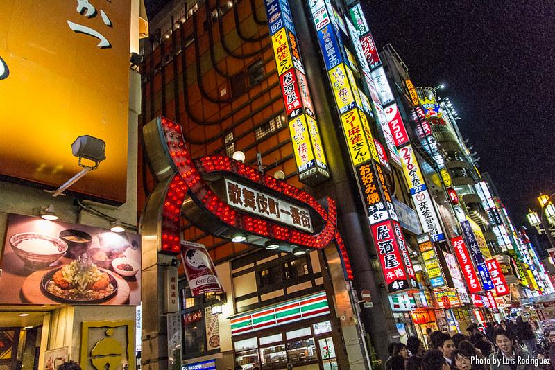 Entrada principal al barrio de Kabukicho en Tokio