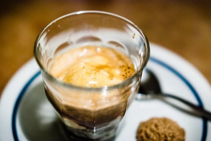 Affogato al caffè: espresso met vanille-ijs