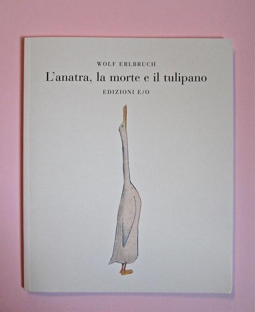 Wolf Erlbruch, L'anatra, la morte e il tulipano. edizioni e/o 2012. Grafica di W. E. e, per l'ed. it.: Emanuele Ragnisco. Copertina (part.), 1