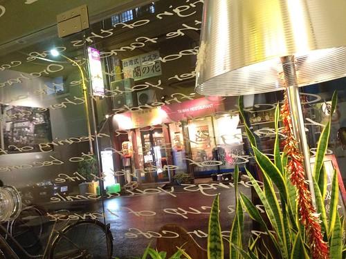 全面ガラス張りの店内。昼間は明るいんだろうなあ。@オーチャード カフェ(Orchard Cafe)