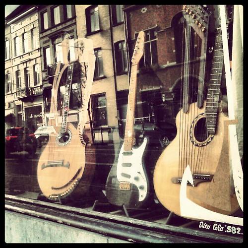 silent waiting #guitar #vintage #vitrine