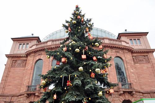 Árbol de regalos que da la bienvenida a Mainz desde su estación de trenes. Mercado navideño de Mainz, uno de los más bonitos de Alemania - 8294270255 8158341a4b - Mercado navideño de Mainz, uno de los más bonitos de Alemania