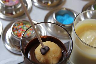 Cake Pops: vorsichtig geht's ins Schokoladenbad