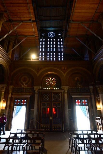 Metropolitan Cathedral 是希臘東正教的教堂,雖位於市中心,但在雅典也是最大的教堂。東正教的教堂風格特殊,門窗、用色、十字架的元素都與常見的基督教、天主教堂不同,連他們的傳教士(?)的服裝風格也有點神秘。參觀之時,不僅外部,連內部也在整修當中,只有兩側有耶穌及聖母瑪麗亞的像供信徒禱告。
