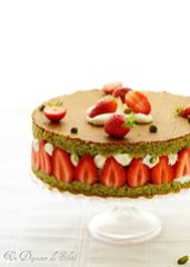 Layer cake with strawberries, ricotta and pistachios