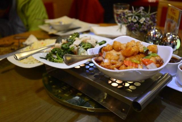 一同出遊的媽媽參加過多次旅行團的國外旅遊,她說時常會搭配一些中國餐館讓大家不會因為口味不同而餓著,老實說出來也兩個禮拜了,真的一點熟悉的食物都沒吃到(除了速食外),根據導航找了一家最近的中國餐廳,雖然不便宜,但大家都吃得很開心。(BTW, 他們用小蠟燭在盤子底下烤,完全只有裝飾的作用。)