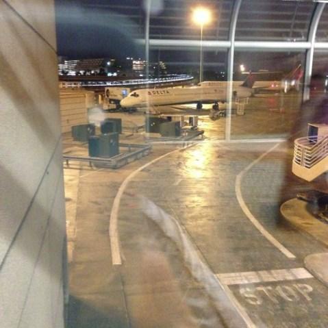 オーランドに到着ー。朝6時。小雨です。